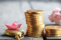 Pilas de monedas de oro concepto del negocio o de las finanzas Fotografía de archivo libre de regalías