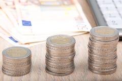 Pilas de monedas que aumentan de tamaño Imágenes de archivo libres de regalías