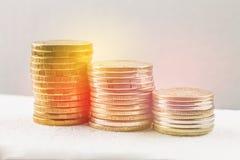 Pilas de monedas rusas en un fondo gris con las gotitas del agua Fotografía de archivo