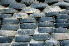 Pilas de neumáticos viejos Fotos de archivo libres de regalías