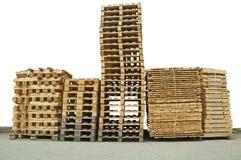 Pilas de nuevas paletas de madera imagen de archivo libre de regalías