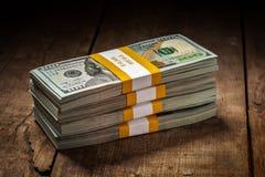 Pilas de nuevos 100 dólares de EE. UU. 2013 billetes de banco Imágenes de archivo libres de regalías