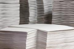 Pilas de papel compaginado imagenes de archivo