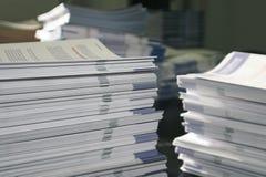 Pilas de papel del folleto foto de archivo libre de regalías
