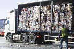 Pilas de papel reciclado en el camión foto de archivo