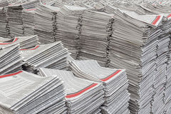 Pilas de periódicos Fotos de archivo