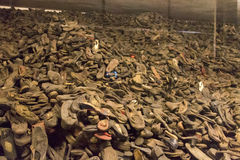 Pilas de pertenencia (zapatos) de la gente matada en Auschwitz Fotos de archivo