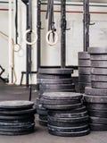 Pilas de pesos en el gimnasio Fotos de archivo