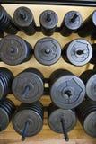 Pilas de pesos en la gimnasia. Imagen de archivo libre de regalías