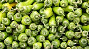 Pilas de pimientas verdes fotografía de archivo libre de regalías