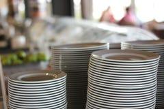 Pilas de placas blancas en un restaurante imágenes de archivo libres de regalías