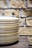 Pilas de placas blancas limpiadas para la comida fría de abastecimiento en sitio del restaurante Placas del grupo apiladas juntas Imagen de archivo