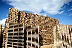 Pilas de plataformas de madera Fotos de archivo