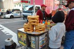 Pilas de pretzeles para la venta, New York City Foto de archivo