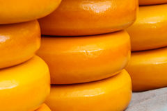 Pilas de queso de Holanda en un mercado Fotos de archivo