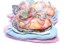 Pilas de ropa coloreada mujeres imagen de archivo libre de regalías