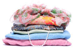 Pilas de ropa coloreada mujeres Fotos de archivo