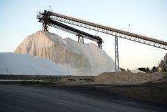 Pilas de sal pura del vacío con la construcción del elevador Imagenes de archivo