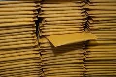 Pilas de sobres que expiden completados imagenes de archivo