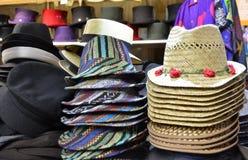 Pilas de sombreros en la exhibición en una tienda Fotografía de archivo