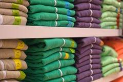 Pilas de suéteres fotos de archivo