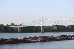 Pilas de suciedad en el río en Owensboro Imagen de archivo