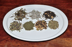Pilas de té en superficie de la teca Foto de archivo libre de regalías