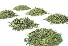 Pilas de té verde, aisladas en blanco Fotos de archivo libres de regalías