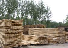 Pilas de tablones de madera de pino Imagen de archivo libre de regalías