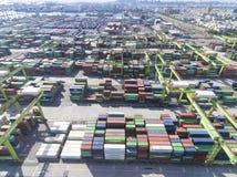 Pilas de terminal de contenedores el 10 de julio de 2017 en el puerto de Gaoxiong Imágenes de archivo libres de regalías