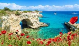 Pilas de Torre Sant Andrea, costa de Salento, región de Puglia, Italia Imagen de archivo libre de regalías
