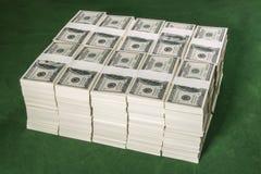 Pilas de un millón dólares de EE. UU. en cientos billetes de banco del dólar encendido Fotografía de archivo libre de regalías