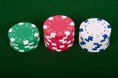 Pilas de virutas de póker Fotos de archivo libres de regalías