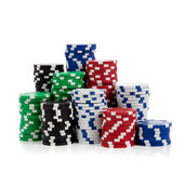 Pilas de virutas de póker en blanco Foto de archivo