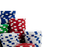 Pilas de virutas de póker en blanco con el espacio de la copia Imagen de archivo