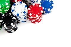 Pilas de virutas de póker en blanco con el espacio de la copia Imagenes de archivo
