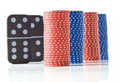 Pilas de virutas de póker y de dominós Imagen de archivo