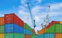 Pilas del envase del buque mercante de la exportación o de la importación Foto de archivo libre de regalías