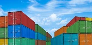 Pilas del envase del buque mercante de la exportación o de la importación Fotos de archivo