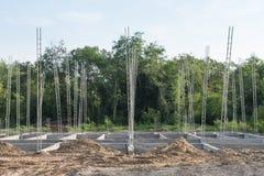 Pilas del hormigón reforzado del nuevo edificio Foto de archivo