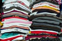 Pilas del jersey en un armario Fotos de archivo libres de regalías
