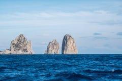Pilas famosas del mar con el arco, faraglioni, de la costa de Capri en la bahía de Nápoles en el mar Mediterráneo, Italia foto de archivo libre de regalías
