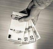 Pilas femeninas de la tenencia de la mano de cuentas euro Imágenes de archivo libres de regalías