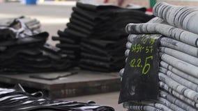 Pilas grandes de cinta de goma en la fábrica de los neumáticos almacen de metraje de vídeo