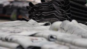 Pilas grandes de cinta de goma en la fábrica de los neumáticos almacen de video