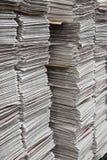 Pilas verticales de periódicos Fotografía de archivo