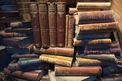 Pilas viejas de libros con las cubiertas apenadas imagenes de archivo