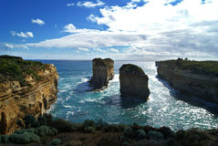 Pilas y mar de la roca Foto de archivo