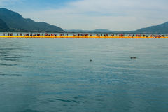 Pilastri di galleggiamento sul lago Iseo visto da Montisola Fotografia Stock Libera da Diritti
