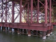 Pilastri potenti del ponte che stanno nel ponte del bugrinskij della costruzione dell'acqua a Novosibirsk immagini stock